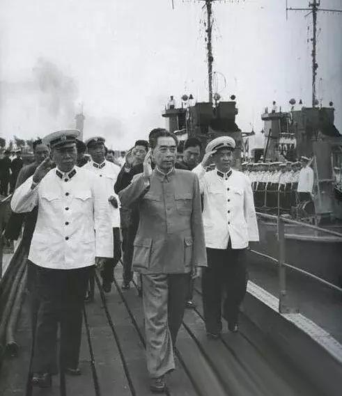 1957年,建军三十周年之际,人民海军举行了第一次海上阅兵。