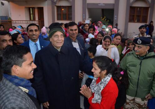 图为印度内政部长辛格12月31日前往中印边境地区与印军共度新年。(图源:《印度时报》)