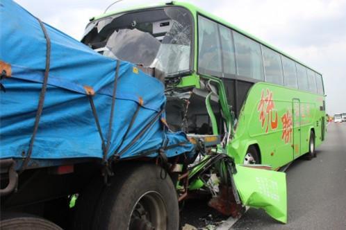 追尾事故现场。(图片来源:台媒)