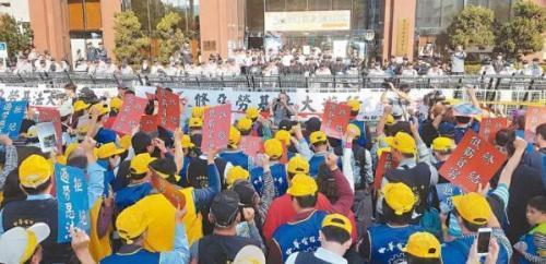 """高雄3万劳工大游行抗议台当局""""过劳死""""修正案 。(图片来源:台湾《联合报》)"""