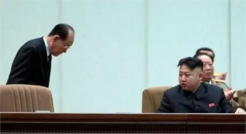 △金永南(左)在一次會議上與金正恩在一起