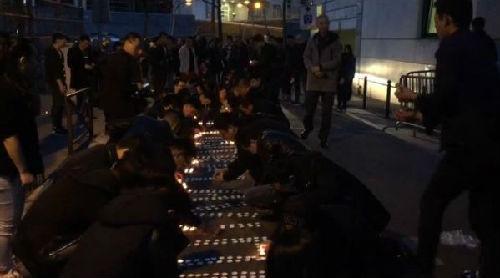 当地华人摆放蜡烛为死去同胞祈福。