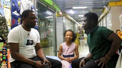 阿肯经常访问其他在华非洲人,让他们介绍自己在中国的生活。(BBC)
