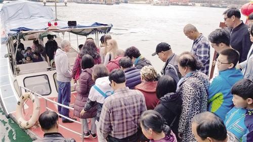 游客排队前往南湾猴岛景区。 本报记者 何 伟摄