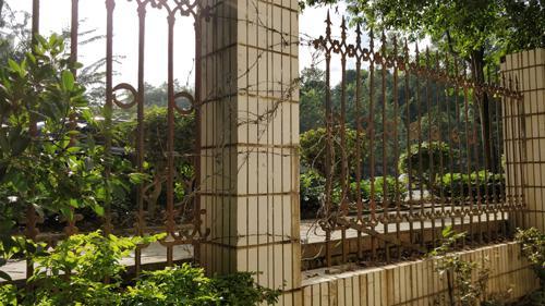 在阳光绿城小区,小区临街的一面栏杆被人为剪断,只是用铁丝临时缠绕