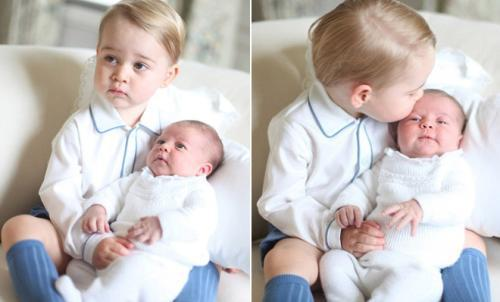 乔治小王子抱着妹妹夏洛特公主。