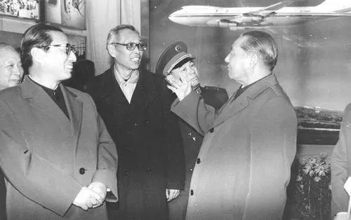 管德(中)陪同乔石(左)、习仲勋(右)参观民航展览