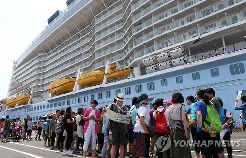"""""""萨德""""风波发酵前,坐邮轮抵达釜山的中国游客"""