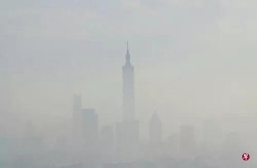 ▲大台北地区的空气质量从11月29日下午起逐步变差,当天傍晚台当局环保部门空气质量指标显示已达对所有人群都不健康的红色警示。(新加坡《联合早报》)