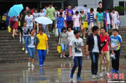 资料图:中学考生考试结束后走出考场。中新社发 于海洋 摄