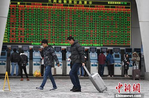 资料图:火车站拖着行李箱的乘客。 中新社记者 杨艳敏 摄