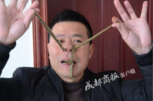 """▲劉紅表演""""蛇鑽鼻孔""""(危險動作,請勿模仿)"""