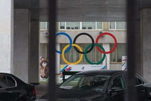 12月6日拍摄的位于俄罗斯首都莫斯科的俄罗斯奥委会所在地的五环标志。新华社记者白雪骐摄