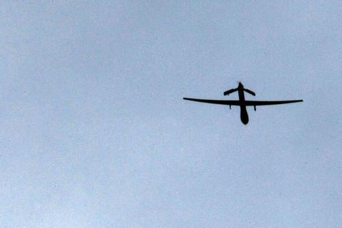 """资料图片:2009年1月1日,一架美军""""捕食者""""无人机飞过阿富汗坎大哈附近的基地上空。新华社/法新"""