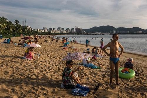 资料图:到三亚度假的游客 (《纽约时报》)