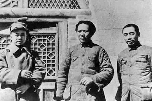 1939年3月,在天目山视察抗战的周恩来。