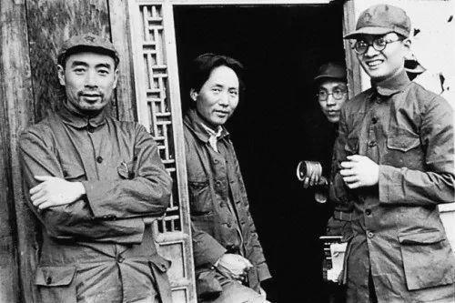 1938年,毛泽东、周恩来、任弼时在延安。