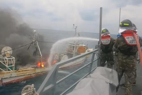 韩国渔船灭火现场(图片来源:韩联社)。