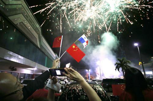 图为2017年6月12日,在巴拿马首都巴拿马城的华人社区,人们在巴拿马与中国建交的庆祝活动上拍摄烟花。新华社发