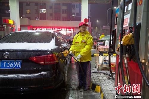 山西太原,加油站工作人员给车辆加油。中新社记者 张云 摄