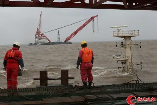 打捞船正在沉船旁全力搜救 来源/新民晚报记者陈梦泽 摄