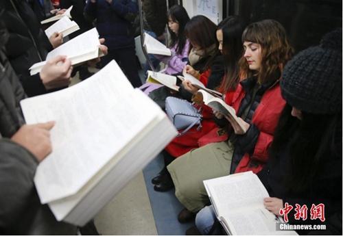 资料图:阅读爱好者在北京地铁车厢里阅读。 中新社记者 刘关关 摄