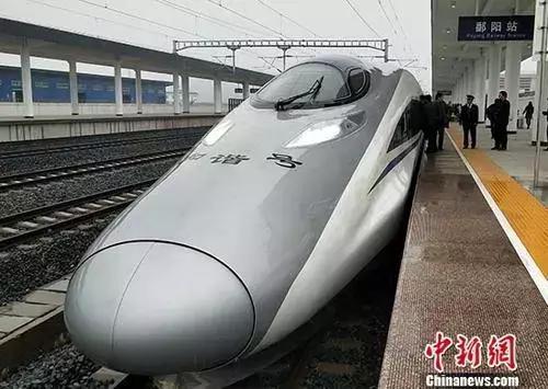 资料图:动车运行:由九江开往衢州的G1462次高铁列车驶入鄱阳站。 中新社记者 姜涛 摄