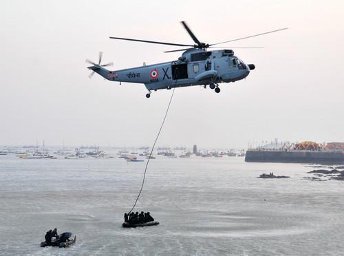 资料图片:2014年12月4日,印度海军人员在孟买举行的海军日庆祝活动上表演。新华社记者 汪平 摄