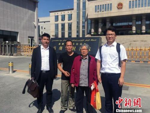 王興律師與李碧貞及周遠在新疆高級人民法院門前合影