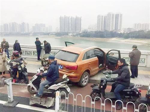 司机心脏病突发身亡 奥迪车失控撞护栏险