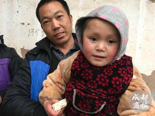 叔叔抱着赵平安,他很担心孩子的未来。