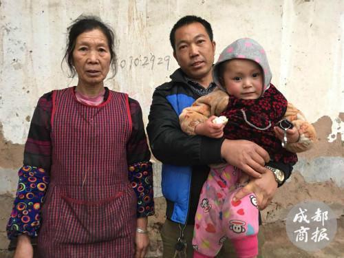账款转接后,赵奶奶、赵叔叔和赵平安合影留念。