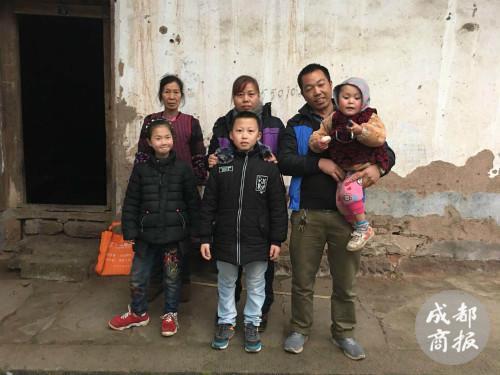 赵平安一家和叔叔赵廷超一家合影。