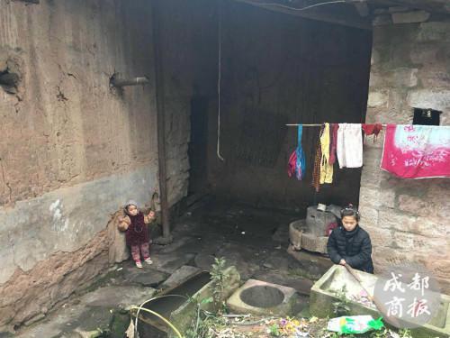 赵平安和姐姐赵薇平时经常玩耍的屋后天井。