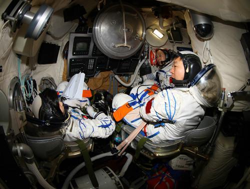 景海鹏、刘旺(右一)、刘洋在返回舱进行手控交会对接训练。(秦宪安 摄)
