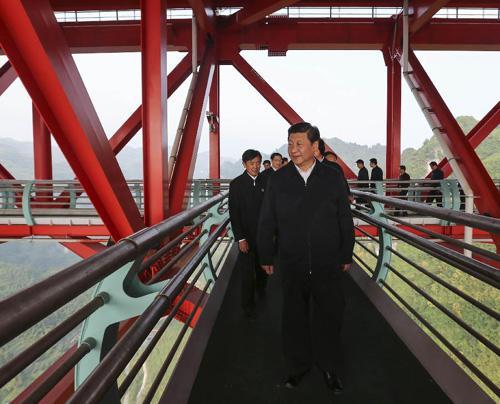 2013年11月3日至5日,中共中央总书记、国家主席、中央军委主席习近平在湖南考察。这是3日下午,习近平来到位于湖南吉首市的矮寨特大悬索桥考察。新华社记者兰红光摄