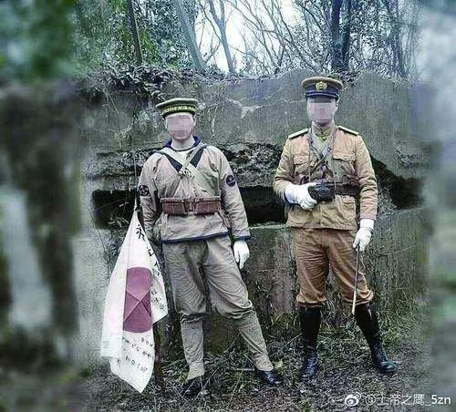 △两男子穿仿制二战日本军服在南京紫金山抗战碉堡前拍照