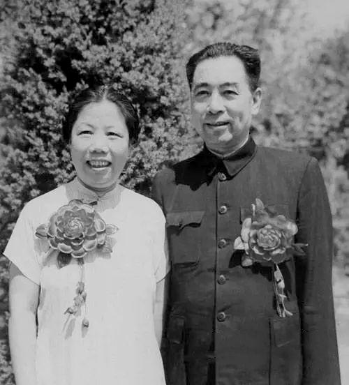 1955年8月22日,邓颖超和周恩来游八达岭。