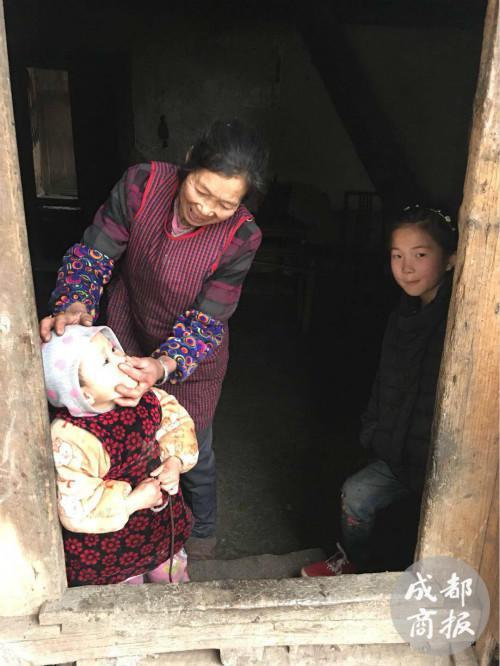 赵奶奶帮赵平安拧鼻涕,旁边是姐姐赵薇。
