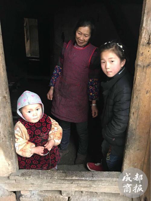 奶奶肖开兴、赵薇和赵平安。