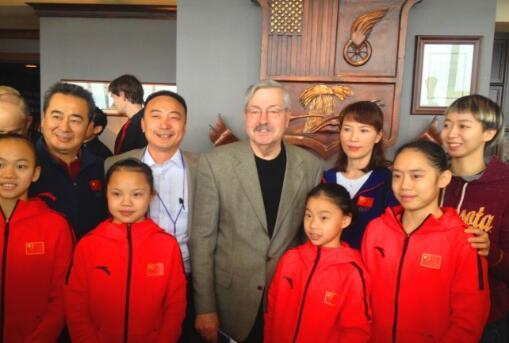 美国驻华大使(二排右三)(图源:美国《世界日报》)