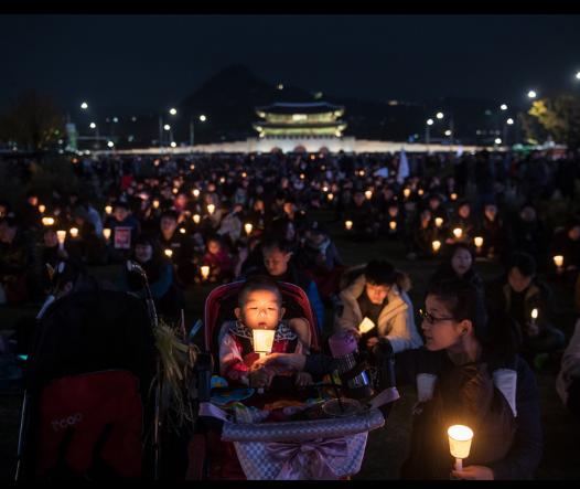 韩国民众举行烛光集会(图来自法新社)