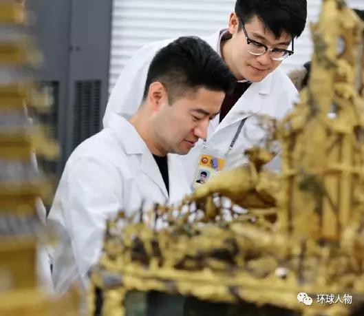 2017年12月,故宫文物医院的工作人员在悉心工作。