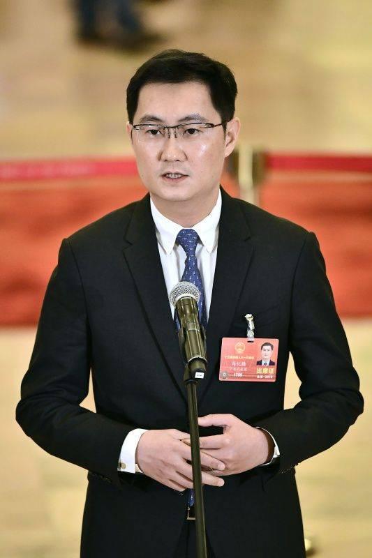 """3月5日,第十三届全国人民代表大会第一次会议在北京人民大会堂开幕。这是全国人大代表马化腾在""""代表通道""""接受采访。 新华社记者刘金海摄"""