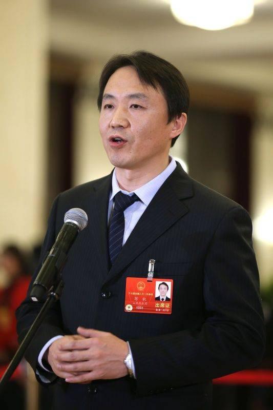 """3月5日,第十三届全国人民代表大会第一次会议在北京人民大会堂开幕。这是全国人大代表郭锐在""""代表通道""""接受采访。 新华社记者金立旺摄"""
