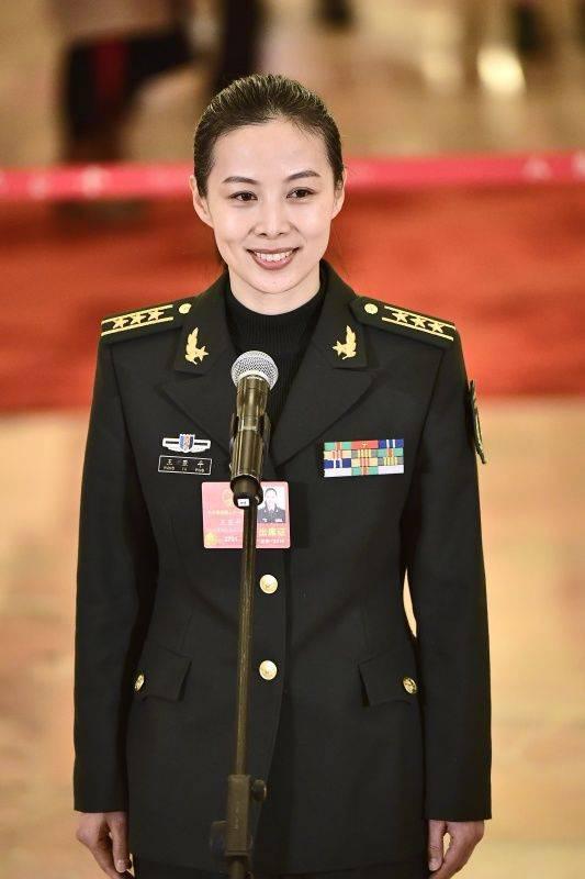 """3月5日,第十三届全国人民代表大会第一次会议在北京人民大会堂开幕。这是全国人大代表王亚平在""""代表通道""""接受采访。 新华社记者刘金海摄"""