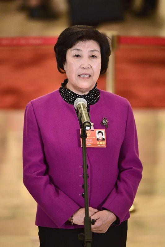 """3月5日,第十三届全国人民代表大会第一次会议在北京人民大会堂开幕。这是全国人大代表郭凤莲在""""代表通道""""接受采访。 新华社记者刘金海摄"""