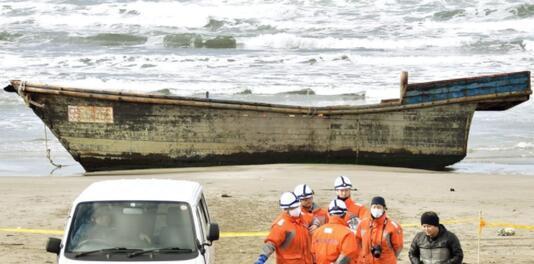 秋田海岸发现的木船内载有8具尸体