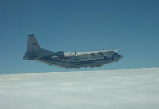 束缚军运8型机18日上午履行近海长航。(图源:东森消息云)