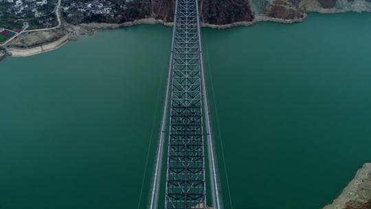 兴康特大桥位于泸定大渡河峡谷,位于高海拔、地震高烈度地区,施工条件艰难。